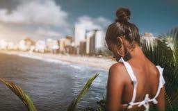 Наклон-перенос снял черной девушки на смотровой площадке Стоковая Фотография