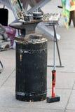 Наковальня, молоток кузнеца готов и сувениры - монетки и trin Стоковое Изображение