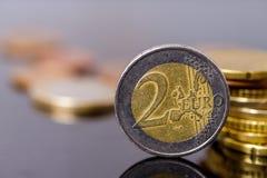 накрените веревочка примечания дег фокуса 100 евро 5 евро Монетки евро конца-вверх старые поцарапанные Справочная информация Стоковые Фотографии RF