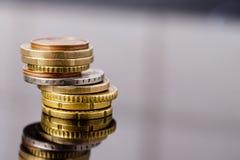 накрените веревочка примечания дег фокуса 100 евро 5 евро Монетки евро конца-вверх старые поцарапанные Справочная информация Стоковое Изображение