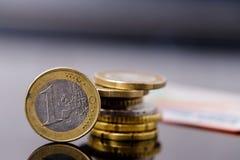 накрените веревочка примечания дег фокуса 100 евро 5 евро Монетки евро конца-вверх старые поцарапанные Справочная информация Стоковые Изображения
