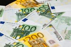 накрените веревочка примечания дег фокуса 100 евро 5 евро предпосылка наличных денег евро Банкноты денег евро Стоковые Фотографии RF