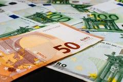 накрените веревочка примечания дег фокуса 100 евро 5 евро предпосылка наличных денег евро Банкноты денег евро Стоковые Изображения RF