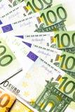 накрените веревочка примечания дег фокуса 100 евро 5 евро предпосылка наличных денег евро Банкноты денег евро Стоковое Фото