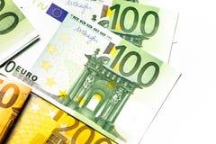 накрените веревочка примечания дег фокуса 100 евро 5 евро предпосылка наличных денег евро Банкноты денег евро Стоковое фото RF
