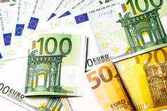 накрените веревочка примечания дег фокуса 100 евро 5 евро предпосылка наличных денег евро Банкноты денег евро Стоковая Фотография RF