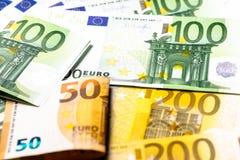 накрените веревочка примечания дег фокуса 100 евро 5 евро предпосылка наличных денег евро Банкноты денег евро Стоковые Изображения
