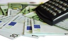накрените веревочка примечания дег фокуса 100 евро 5 евро Много банкноты и калькулятор евро Стоковое фото RF