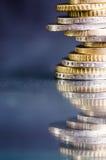 накрените веревочка примечания дег фокуса 100 евро 5 евро Монетки изолированы на темной предпосылке с отражением в стекле Валюта  Стоковая Фотография RF