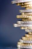 накрените веревочка примечания дег фокуса 100 евро 5 евро Монетки изолированы на темной предпосылке с отражением в стекле Валюта  Стоковое фото RF