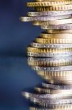 накрените веревочка примечания дег фокуса 100 евро 5 евро Монетки изолированы на темной предпосылке с отражением в стекле Валюта  Стоковые Изображения
