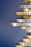 накрените веревочка примечания дег фокуса 100 евро 5 евро Монетки изолированы на темной предпосылке с отражением в стекле Валюта  Стоковая Фотография