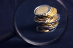 накрените веревочка примечания дег фокуса 100 евро 5 евро Монетки изолированы на темной предпосылке Валюта Европы Баланс денег Зд Стоковые Изображения