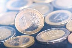 накрените веревочка примечания дег фокуса 100 евро 5 евро Монетки изолированы на темной предпосылке Валюта Европы Баланс денег Стоковое Изображение RF