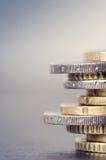 накрените веревочка примечания дег фокуса 100 евро 5 евро Монетки на белой предпосылке Валюта Европы Баланс денег Стоковая Фотография