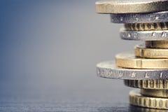 накрените веревочка примечания дег фокуса 100 евро 5 евро Монетки на белой предпосылке Валюта Европы Баланс денег Стоковая Фотография RF