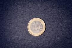 накрените веревочка примечания дег фокуса 100 евро 5 евро Монетки на белой предпосылке Валюта Европы Баланс денег Стоковые Фотографии RF