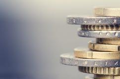 накрените веревочка примечания дег фокуса 100 евро 5 евро Монетки на белой предпосылке Валюта Европы Баланс денег Стоковые Фото
