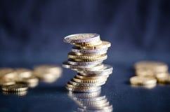 накрените веревочка примечания дег фокуса 100 евро 5 евро Монетки на темной предпосылке с отражением в стекле Валюта Европы Балан Стоковое Изображение