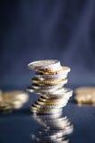 накрените веревочка примечания дег фокуса 100 евро 5 евро Монетки на темной предпосылке с отражением в стекле Валюта Европы Балан Стоковое Фото