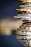 накрените веревочка примечания дег фокуса 100 евро 5 евро Монетки на темной предпосылке с отражением в стекле Валюта Европы Балан Стоковые Фотографии RF
