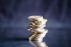 накрените веревочка примечания дег фокуса 100 евро 5 евро Монетки на темной предпосылке с отражением в стекле Валюта Европы Балан Стоковые Фото