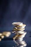 накрените веревочка примечания дег фокуса 100 евро 5 евро Монетки на темной предпосылке с отражением в стекле Валюта Европы Балан Стоковая Фотография