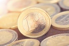 накрените веревочка примечания дег фокуса 100 евро 5 евро Монетки на темной предпосылке Валюта Европы Баланс денег Стоковые Изображения