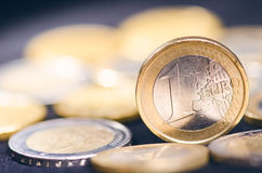накрените веревочка примечания дег фокуса 100 евро 5 евро Монетки на темной предпосылке Валюта Европы Баланс денег Стоковое Изображение