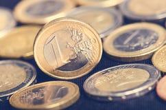 накрените веревочка примечания дег фокуса 100 евро 5 евро Монетки на темной предпосылке Валюта Европы Баланс денег Стоковые Изображения RF