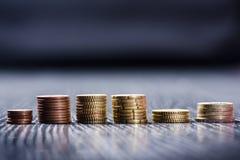накрените веревочка примечания дег фокуса 100 евро 5 евро Монетки на темной предпосылке Валюта Европы Баланс денег Здание от моне Стоковые Фото