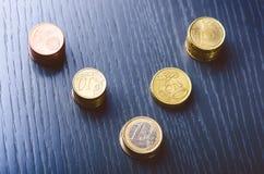 накрените веревочка примечания дег фокуса 100 евро 5 евро Монетки на темной предпосылке Валюта Европы Баланс денег Здание от моне Стоковая Фотография