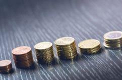 накрените веревочка примечания дег фокуса 100 евро 5 евро Монетки на темной предпосылке Валюта Европы Баланс денег Здание от моне Стоковая Фотография RF