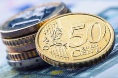 накрените веревочка примечания дег фокуса 100 евро 5 евро Несколько монетки и банкнот евро Стоковое Изображение RF