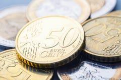 накрените веревочка примечания дег фокуса 100 евро 5 евро Несколько монетки и банкнот евро Стоковое Изображение