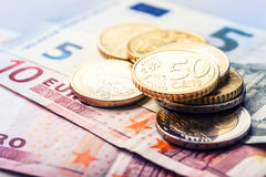накрените веревочка примечания дег фокуса 100 евро 5 евро Несколько монетки и банкнот евро Стоковая Фотография