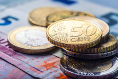 накрените веревочка примечания дег фокуса 100 евро 5 евро Несколько монетки и банкнот евро Стоковые Фотографии RF