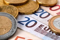 накрените веревочка примечания дег фокуса 100 евро 5 евро Стоковое фото RF