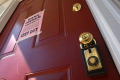 накрените извещение о дома foreclosure имущества двери реальное стоковая фотография