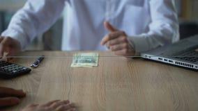 Накрените клиент обменивая русские рубли для евро, валютной операции, обслуживания акции видеоматериалы