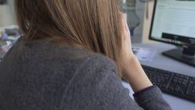 Накрените работник вызывая клиентов для того чтобы напомнить их о термине погашения займа видеоматериал