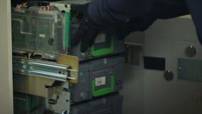Накрените работник пополняя случаи ATM с валютой долларов, утвержденным доступом видеоматериал
