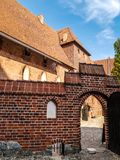 накрените malbork замока здания кирпича самое большое напротив взгляда реки Стоковые Фотографии RF