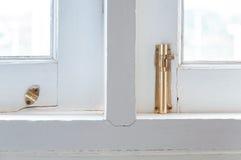 Накладка старого золота на окне старой винтажной жадности деревянном Стоковые Фото