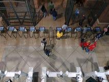 накладные расходы вентиляторов выходят бейсбольный стадион через стробы после игры Стоковые Изображения