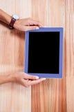 Накладные расходы женственных рук используя таблетку Стоковые Фотографии RF
