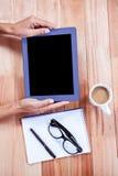 Накладные расходы женственных рук используя таблетку Стоковые Изображения RF