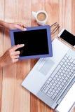 Накладные расходы женственных рук используя таблетку Стоковое фото RF
