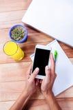 Накладные расходы женственных рук используя smartphone Стоковое Изображение RF