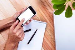 Накладные расходы женственных рук используя smartphone Стоковые Фотографии RF